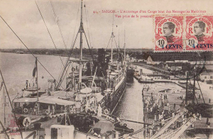 Saigon - L'accostage d'un cargo boat des Messageries Maritimes
